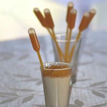 Panna Cotta chocolat blanc, fève tonka et ses perles et coulis de fruit de la passion