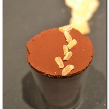 soufflé glacé au chocolat, thé fumé et gingembre confit