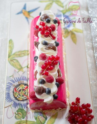 Bûche marron et fruits rouges