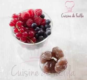 Bûche marron et fruits rouges