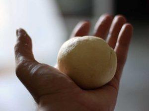 faites une boule de pâte à l'interieur de votre main.