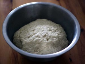 La pâte à pita est levée, elle a environ doublé de volume.