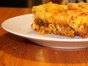 Une part de pastisio servit dans l'assiette