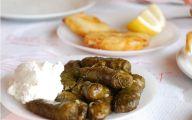 Les feuilles de vigne sont servies accompagnées d'autre mezzés grecs.