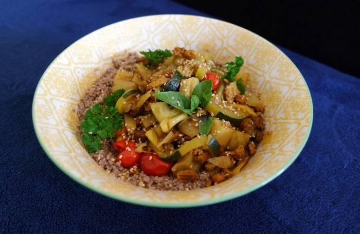 Assiette de couscous sans gluten et légumes cuits à la vapeur douce au Vitaliseur avec herbes aromatiques