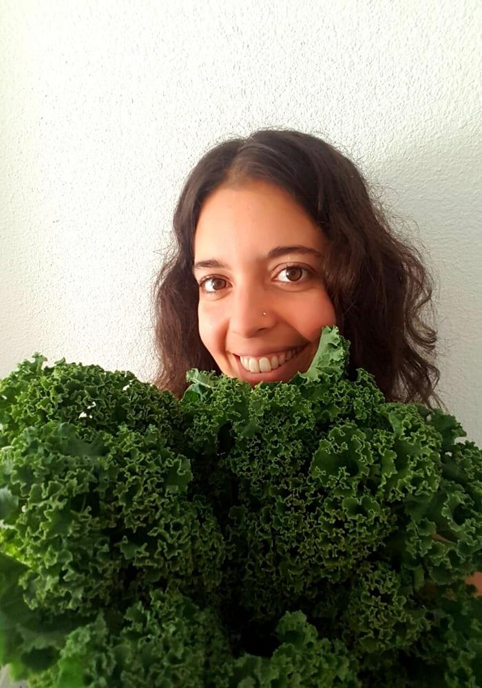 Caroline sourire et un bouquet de chou kale