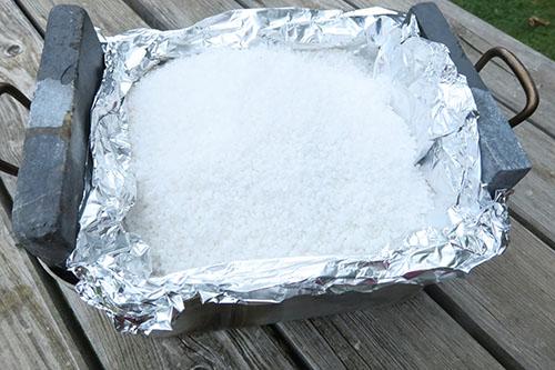 Cuisson avant cuisson poulet au gros sel au four à bois
