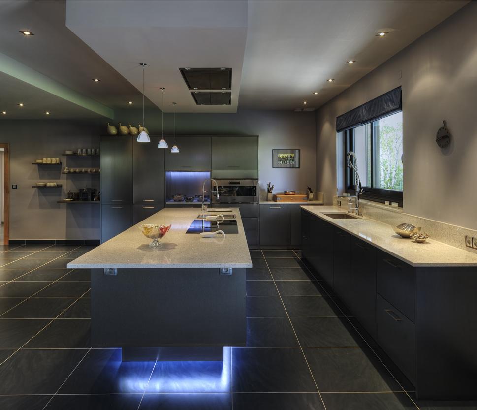 grande cuisine noir ilot en L néon