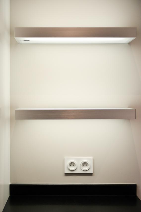 cuisine blanche lumineuse étagère