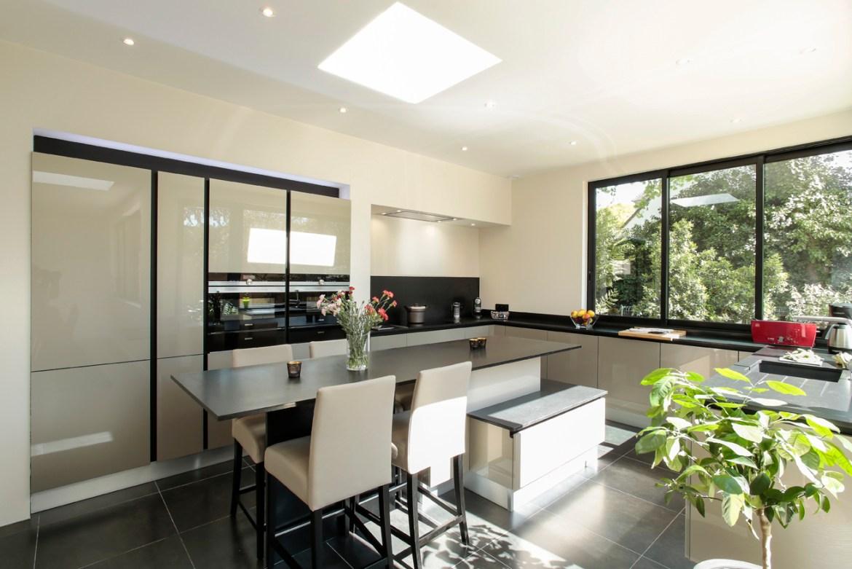 la cuisine se projette vers le jardin cuisines et bains. Black Bedroom Furniture Sets. Home Design Ideas