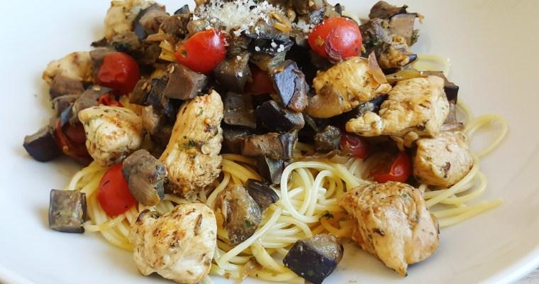 Spaghettis au poulet, aubergine, tomates cerise & pesto