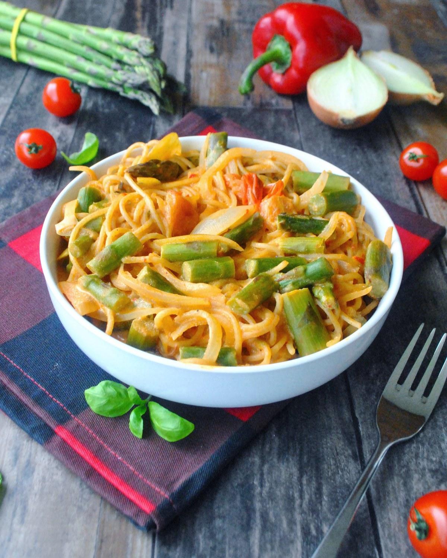 On epot pasta asperges, houmous de poivrons et ricotta