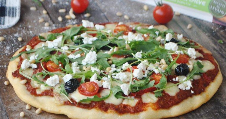 Pizza à la mozzarella, poivron, feta, roquette et pâte à l'huile d'olive Herta