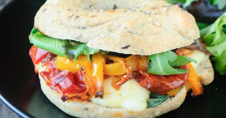 Bagels à la mozzarella, tomates et poivrons rôtis
