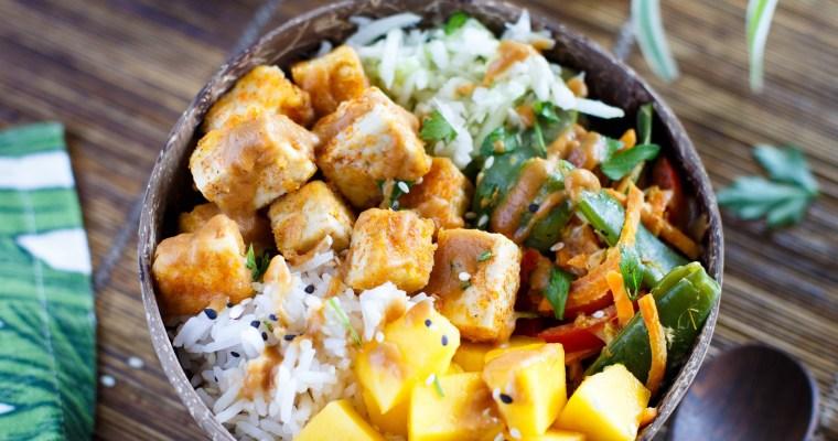 Thaï bowl au tofu frit, légumes au lait de coco, mangue, chou blanc et sauce cacahuète