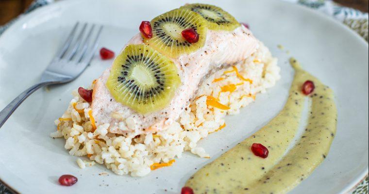 Papillote de saumon et de kiwi sur son lit de riz, à la sauce coco-kiwi