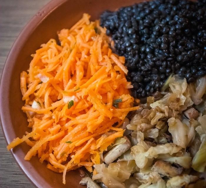 Chou au tofu fumé, lentilles beluga et carottes râpées assiette vegan cuisine végane pour débutant recette vegan facile