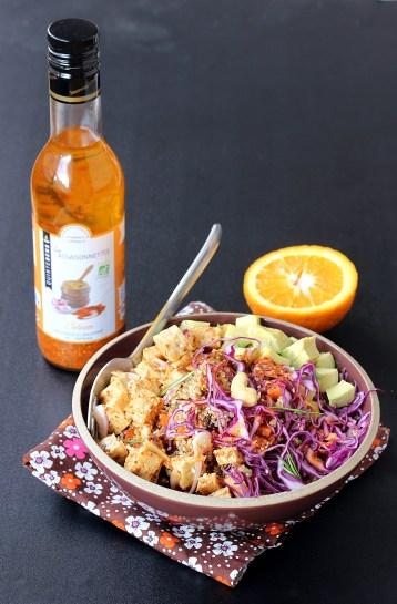 Salade de quinoa colorée au tempeh avec bouteille