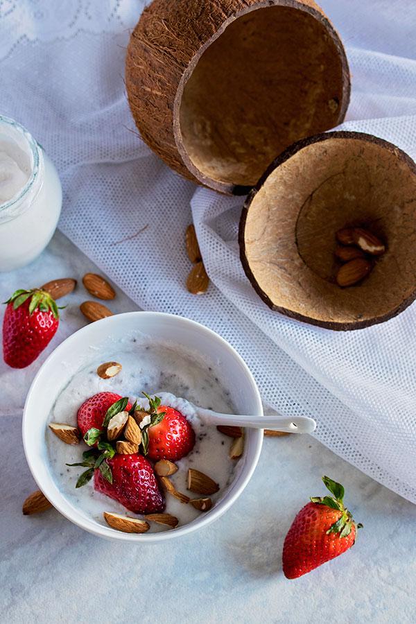 Jogurt od kokosa s chia sjemenkama i jagodama