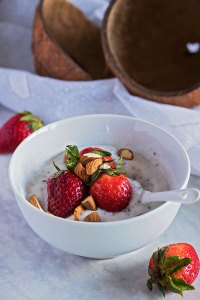 Chia puding od kokosovog jogurta s jagodama