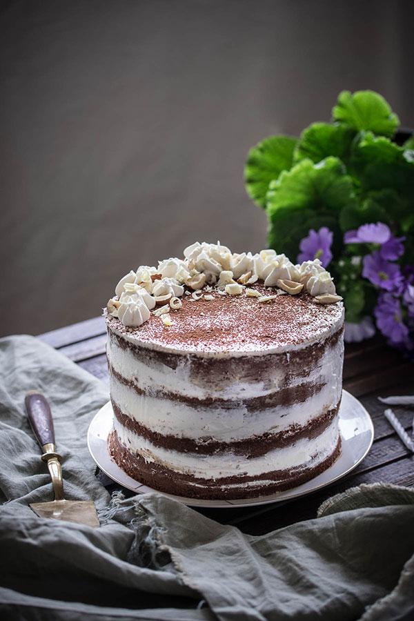 Torta s mascarpone kremomo, bijelom čokoladom i lješnjacima