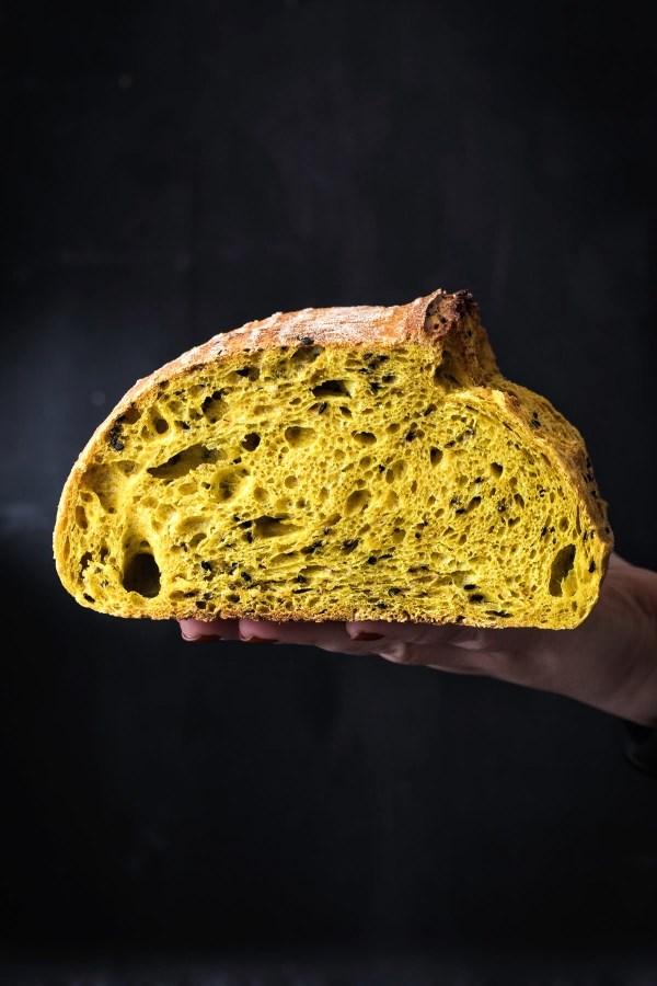 Sourdough kruh s kurkukom i crnim sezamom