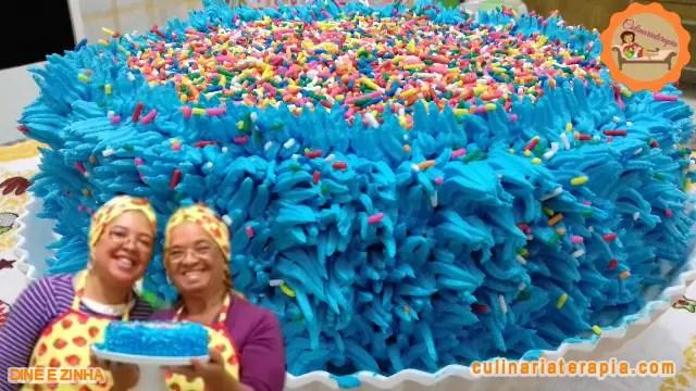 Bolo de Aniversário Azul de Cenoura e Chocolate Decorado com Chantilly