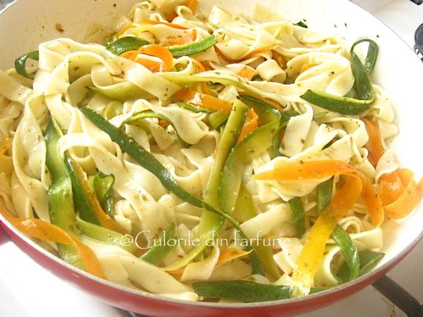 Tagliatelle-cu-zucchini-morcovi-si-vita-la-gratar-4