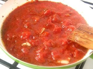 4. Piept de manzat in sos de rosii cu busuioc