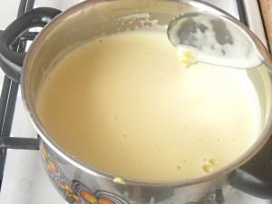 3. Se rastoarna totul peste laptele care a fost pus la fiert.