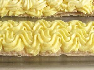 6. Pe fasi de 4 cm. se intinde cu poche-ul crema de vanilie.