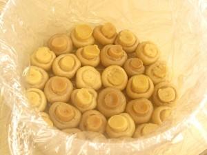 5. La baza formei se aseaza ciupercile intregi.