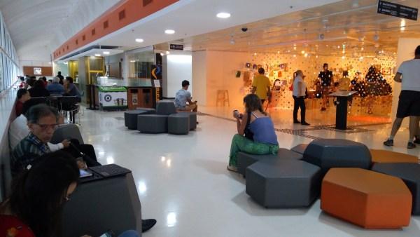Espaço de espera do Itaú Cultural, com restaurante e café