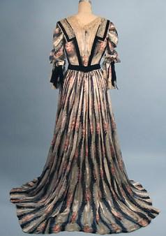 Tea gown à motifs imprimés, début des années 1900.
