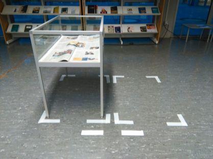 Instal·lació diaris amb la notícia