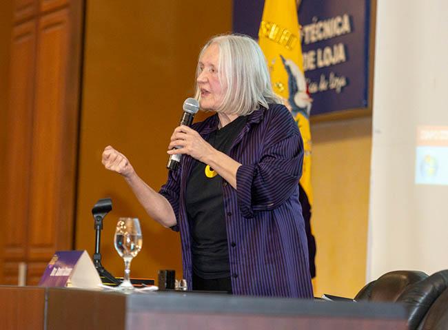 Saskia Sassen durante la conferencia magistral sobre la influencia de las lógicas extractivas y las altas finanzas