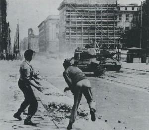 Luptă de stradă la Berlin între manifestanți și blindatele sovietice.
