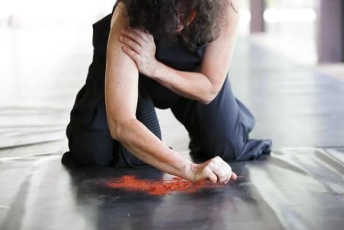 Bailarina Dudude em Sublime Travessia. Crédito: Adriana Moura