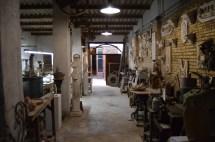 Una de las salas del taller en la que se encuentran distintos modelos de escultura, así como también una exposición de cerámica- Fuente propia