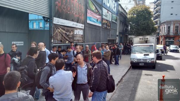 La gente esperando el miércoles para entrar.