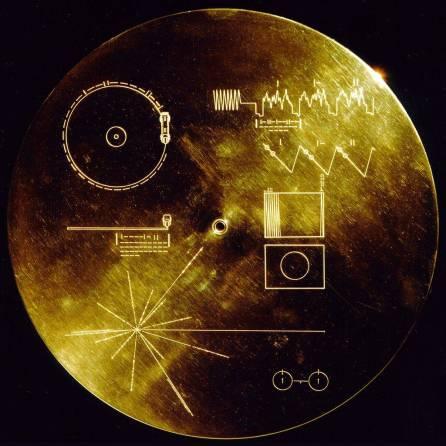 Disco de oro de la misión Voyager fuera del Sistema Solar.