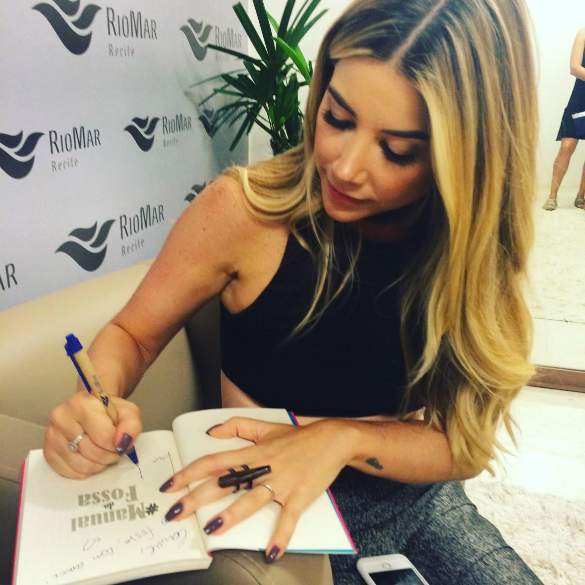 Mica Rocha autografando seu Manual e já se preparando para lançar seu segundo livro em outubro. Foto: Culturalmente Falando