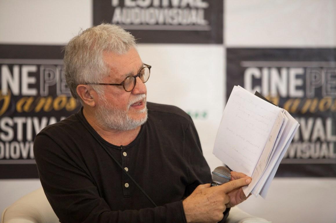 Walter Carvalho explicando o processo de construção do filme com o storyboards na mão. Foto:Daniela Nader/Divulgação.