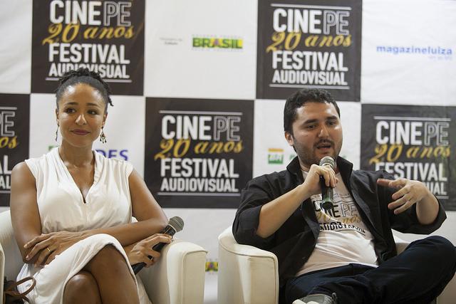 A protagonista Brenda Lígia Miguel junto com o diretor Luiz Rodrigues Jr. filme Diva. Foto: Daniela Nader/Divulgação.