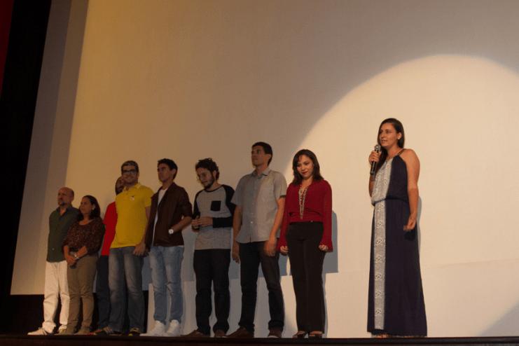 """Tauana Uchôa no palco junto com sua equipe e apresentando o curta """"Não tem só Mandacaru"""". Foto CinePE / Divulgação"""