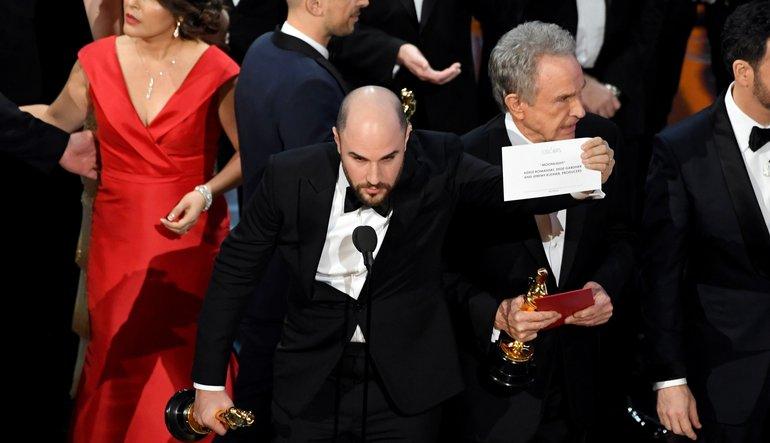Melhor momento. Produtor de La La Land percebe que não é o nome do musical que estava escrito no papel do envelope de Melhor Filme. Ele, com muito respeito, disse que o próprio fazia questão de entregar o Oscar à equipe de Moonlight, o verdadeiro vencedor. Foto: AFP/Getty Images
