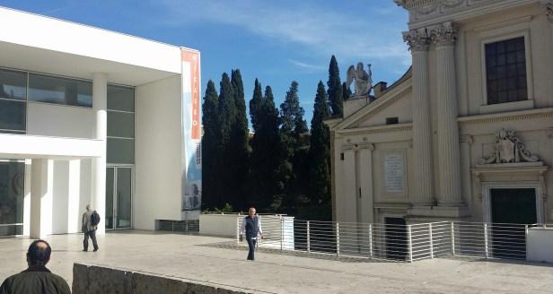 Barokkirken Chiesa di San Rocco og Ara Pacis museet i Roma. Arkitekt Richard Meier. Foto: Siri Wolland