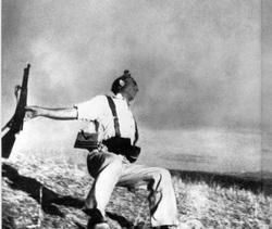 """Et av verdens mest kjente krigsfotografier er bildet av """"Den fallende Soldat"""". Bildet ble tatt av den ungarske fotografen Robert de Capa (oprinnelig Endre Friedman) i 1936. Han arbeidet som krigsfotograf under den spanske borgerkrigen og fotograferte en soldat i det han blir truffet av en kule og faller om. Fotografiet ble trykket i det franske fotomagasinet VU. http://historienet.no/kultur/historiske-bilder/galleri-robert-capa"""