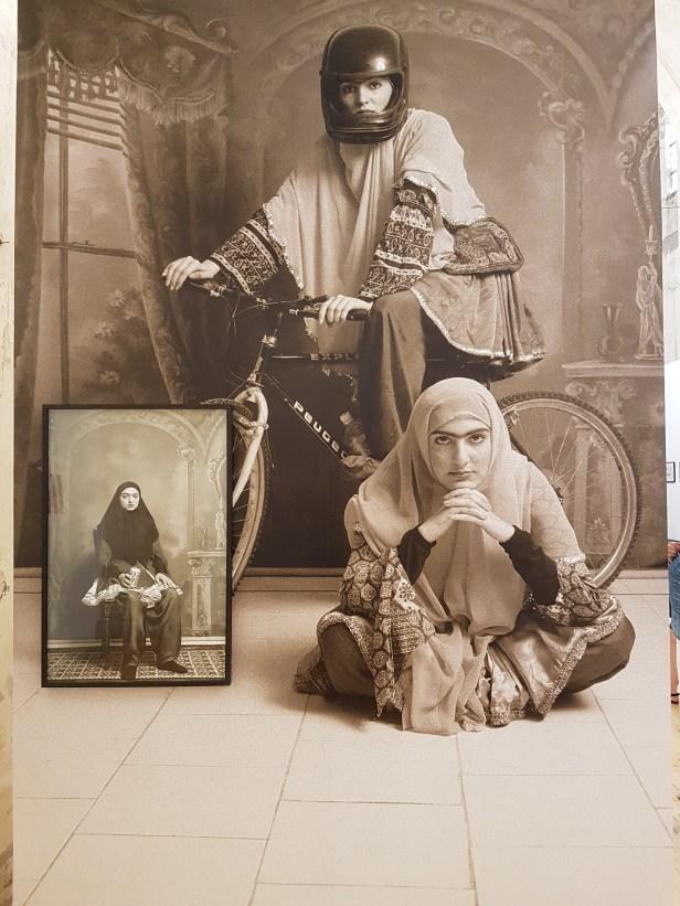 "Fotofestivalen i Arles. ""Iran: Year 38"". Fotograf; Shadi Ghadirian, Qajar,1998. Foto fra utstillingen: Siri Wolland."