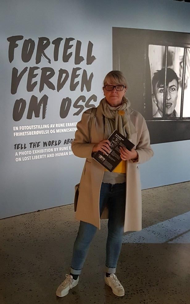 Bloggeren på fotograf Rune Erakers utstilling Fortell verden om oss, på Nobelsenteret i Oslo.